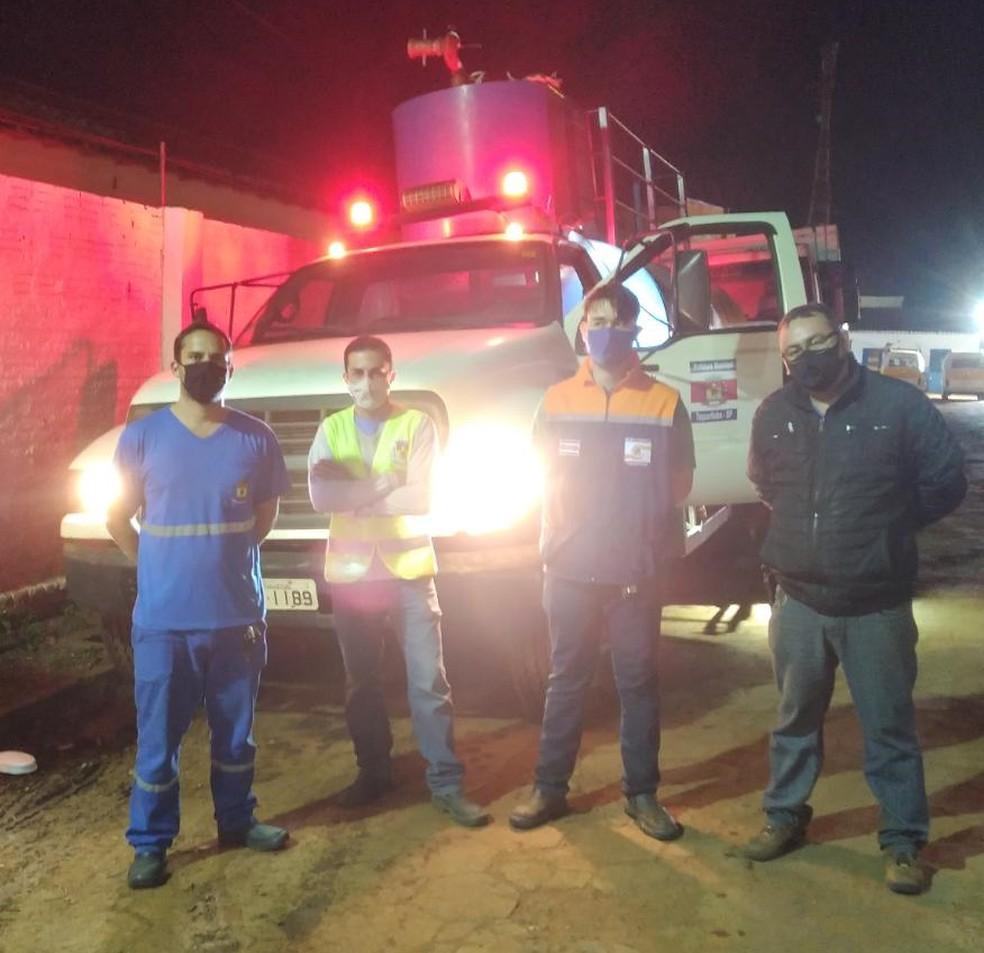 Equipes foram acionadas para combater incêndio em vegetação em Taquarituba — Foto: Defesa Civil/Divulgação