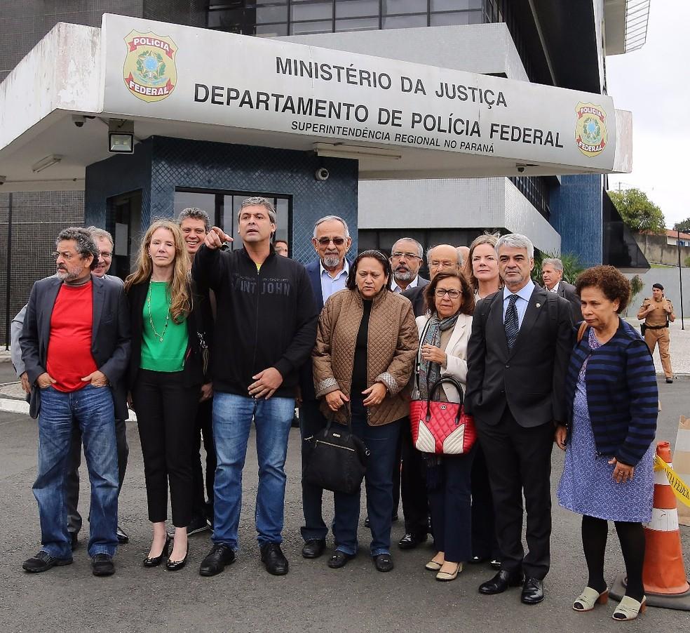 Senadores visitam o ex-presidente Lula na Polícia Federal em Curitiba (Foto: Giuliano Gomes/PR Press)