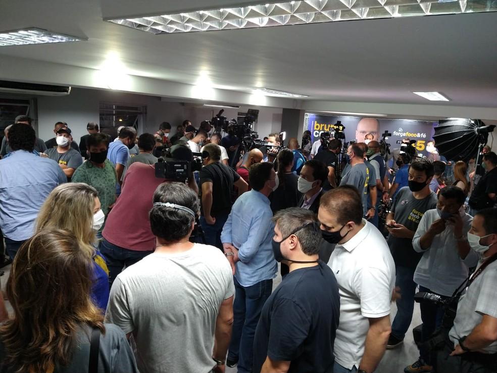Diretório do PSDB tem aglomeração à espera de pronunciamento de Covas  — Foto: Fabio Tito/G1