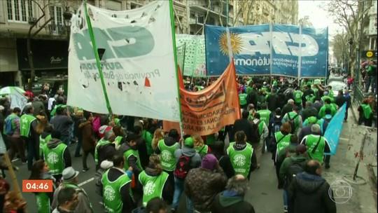 Manifestantes tomam principal avenida de Buenos Aires em protesto por crise