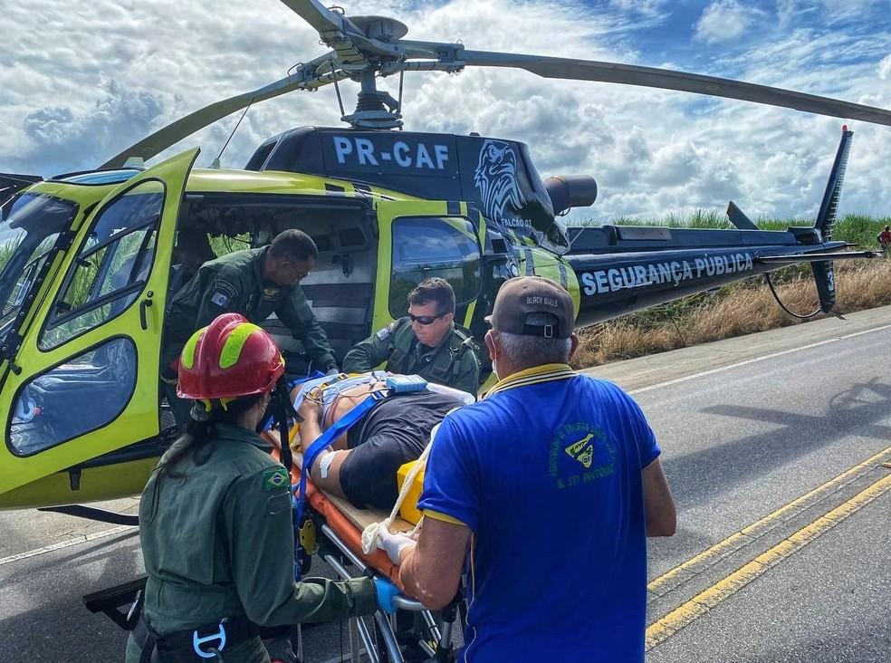 Vítima sendo resgatada após acidente na AL-101 Norte — Foto: Divulgação/Corpo de Bombeiros de Alagoas