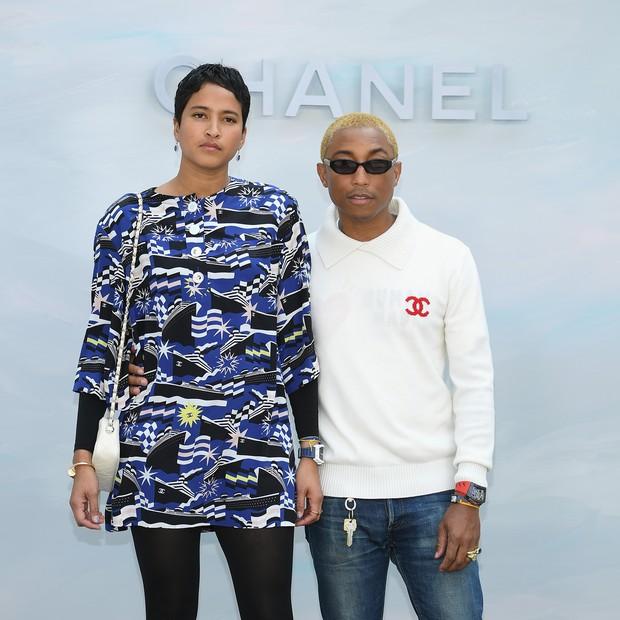 Pharrell Williams e a mulher, a modelo Helen Lasichanh, no desfile da Chanel em Paris (Foto: Getty Images)