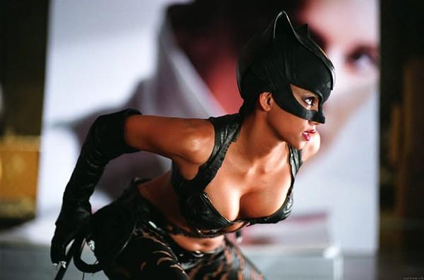 A atriz Halle Berry em cena de Mulher-Gato (2004) (Foto: Divulgação)