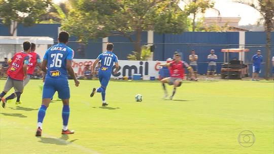 Alisson participa de treino com bola, e zagueiro reaparece em campo