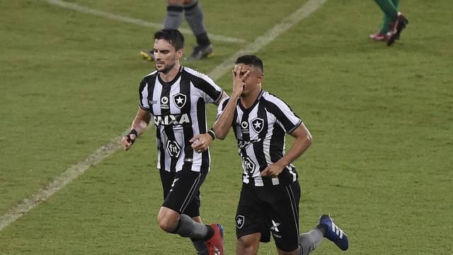 Erik comemora um de seus gols na vitória sobre o Cuiabá