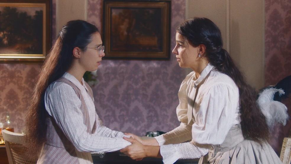 Pilar (Gabriela Medvedovski) tenta convencer Dolores (Daphne Bozaski) a fugir em 'Nos Tempos do Imperador' — Foto: Globo