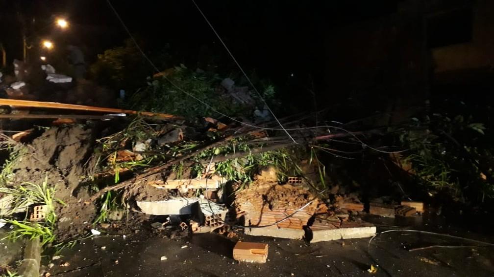 Casa desaba e deixa 4 soterrados em Betim (MG), na noite de sexta-feira (24) — Foto: Lucas Franco/TV Globo