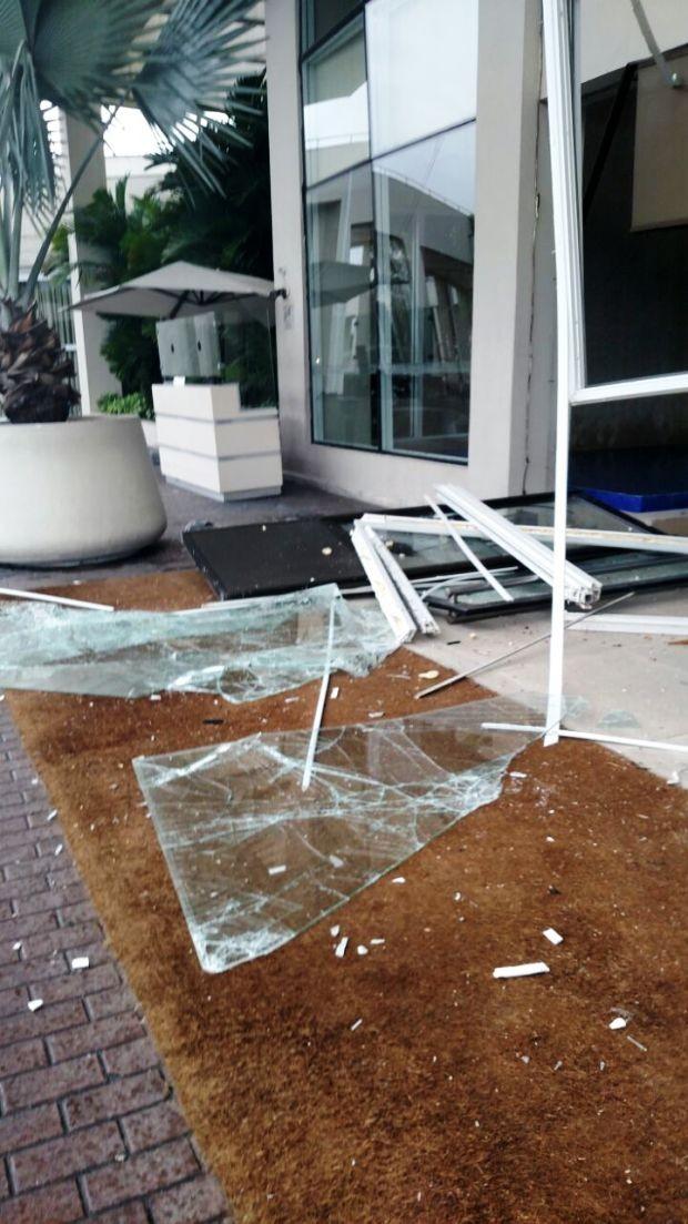 Vidros quebrados foram parar do lado de fora do hotel  (Foto: G1)