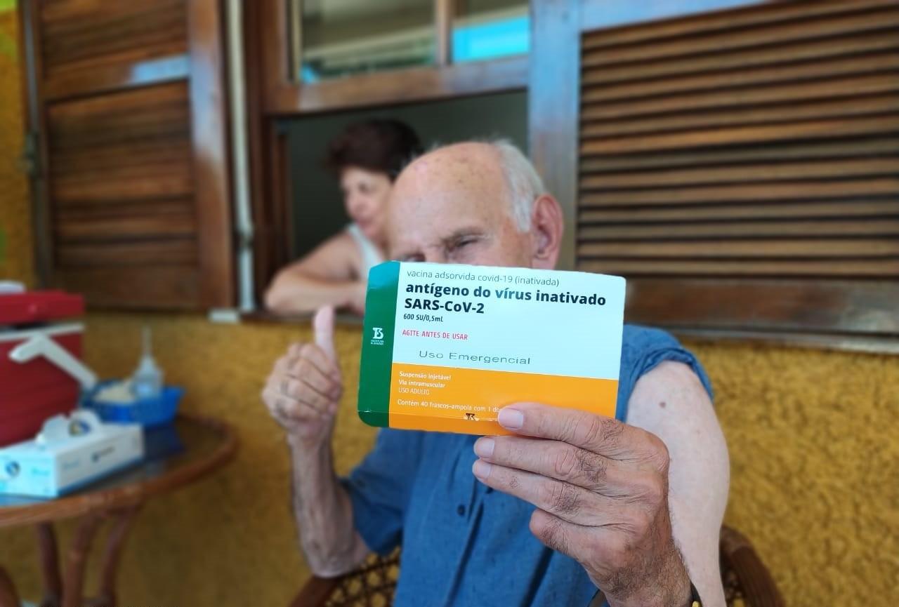 Idoso de 99 anos é o primeiro a ser vacinado contra a Covid-19 em Rio das Flores