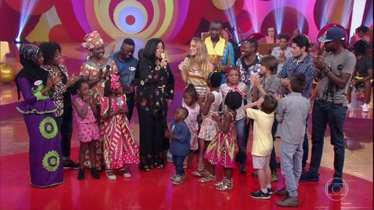 Regina Casé se emociona com crianças refugiadas no palco do 'Esquenta!'