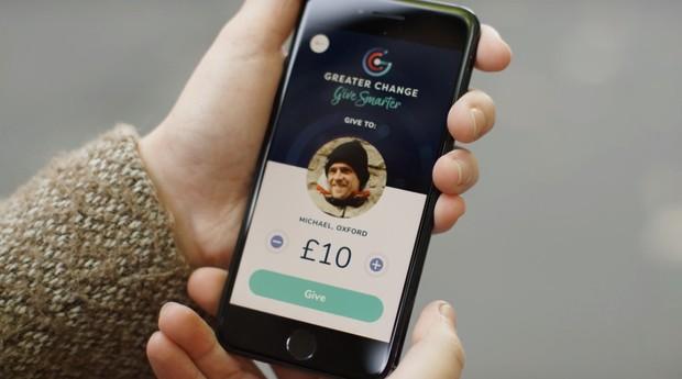 O código de barra redireciona usuário para página com perfil do morador de rua e botão para doação (Foto: Divulgação)