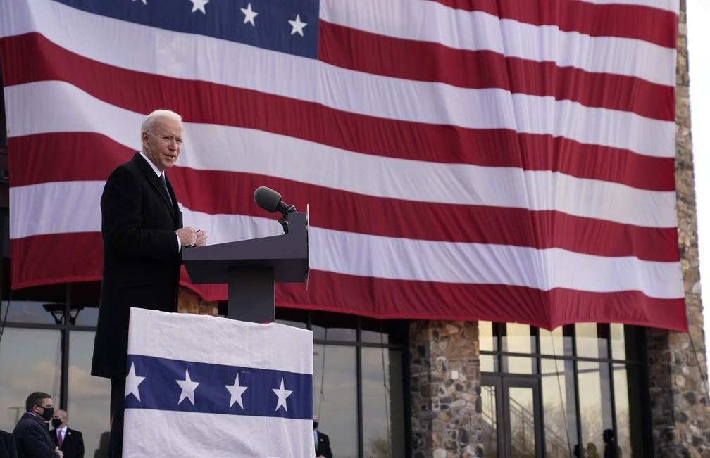 Presidente eleito Joe Biden discursa em Delaware antes de embarcar para Washington DC para a posse presidencial, em foto de 19 de janeiro de 2021 — Foto: Evan Vucci/AP