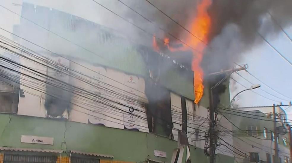 Loja pega fogo no Vale da Muriçoca, em Salvador — Foto: Reprodução/TV Bahia
