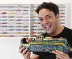 Marcelo Médici com a locomotiva de ferro que ganhou quando era criança | Michel Filho/Agência O Globo