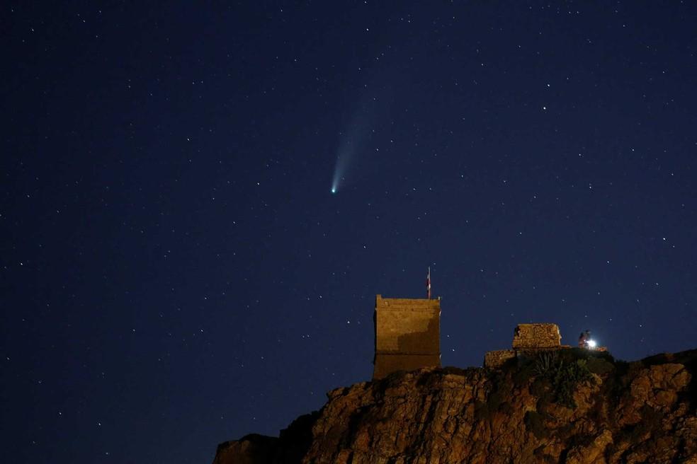 "O cometa C / 2020 ou ""Neowise"" é visto atrás da Torre Ghajn Tuffieha, na Baía Ghajn Tuffieha, em Malta. — Foto: Darrin Zammit Lupi/Reuters"