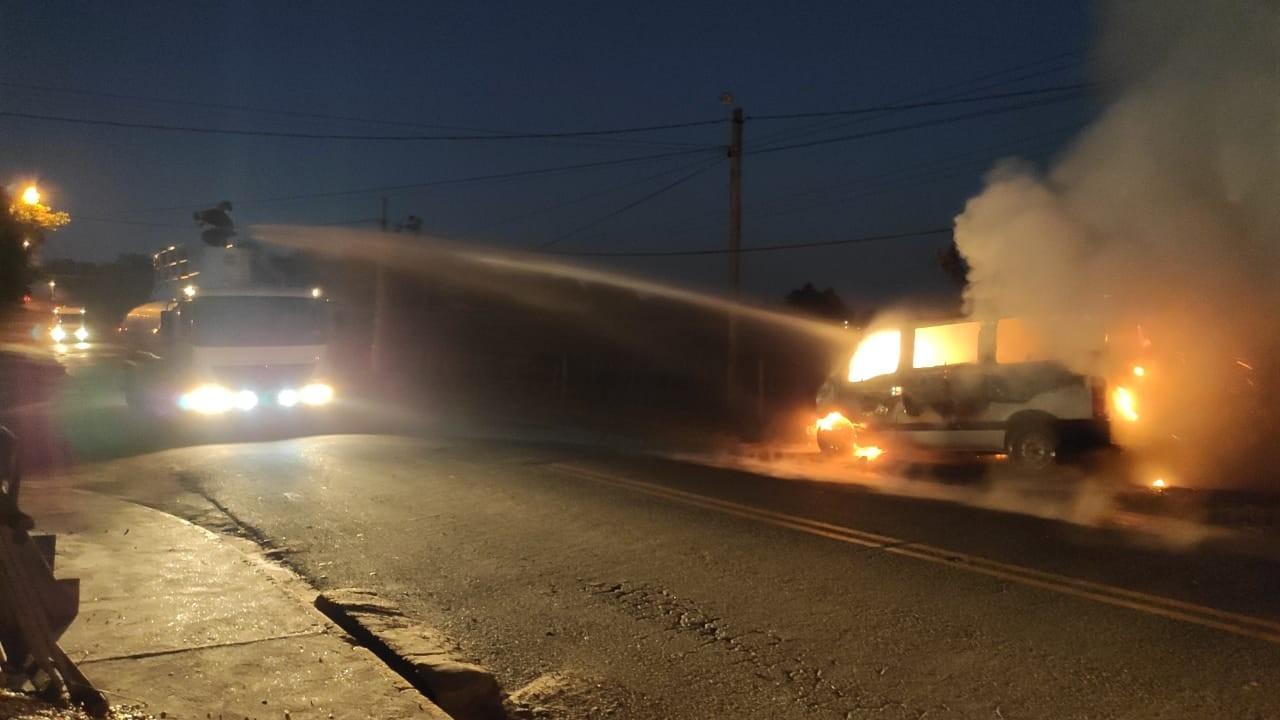 Van pega fogo em estrada vicinal de Junqueirópolis e mobiliza Corpo de Bombeiros e caminhão-pipa da Prefeitura
