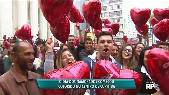 Tradição: no Dia dos Namorados, RPC presenteia apaixonados com corações na Praça Santos Andrade