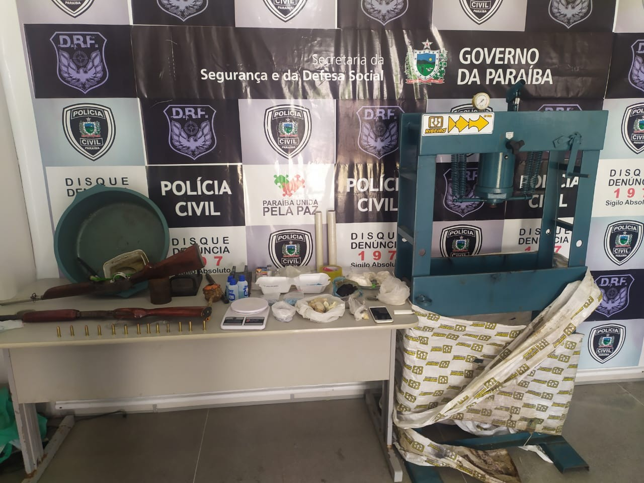 Homem é preso com drogas, armas e uma prensa, em Campina Grande