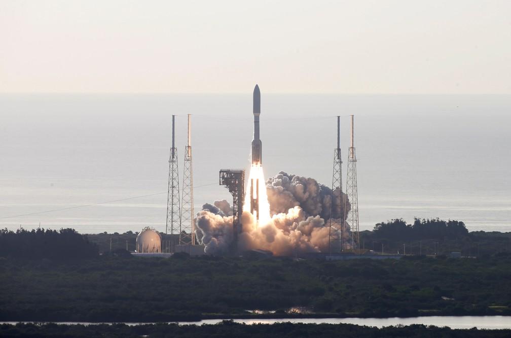 Robô Perseverance, da Nasa, é lançado da Estação da Força Aérea em Cabo Carnaveral, na Flórida, rumo a Marte, nesta quinta-feira (30). O robô deve aterrissar no Planeta Vermelho em 18 de fevereiro de 2021. — Foto: Reuters