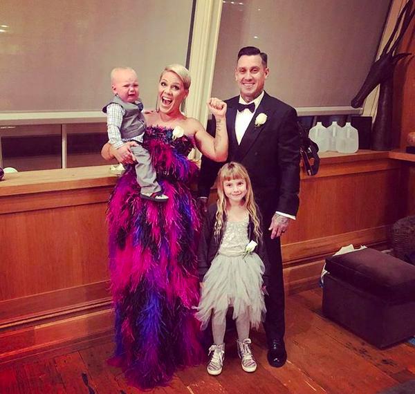 A cantora Pink com o marido e os filhos antes do Grammy 2018 (Foto: Instagram)