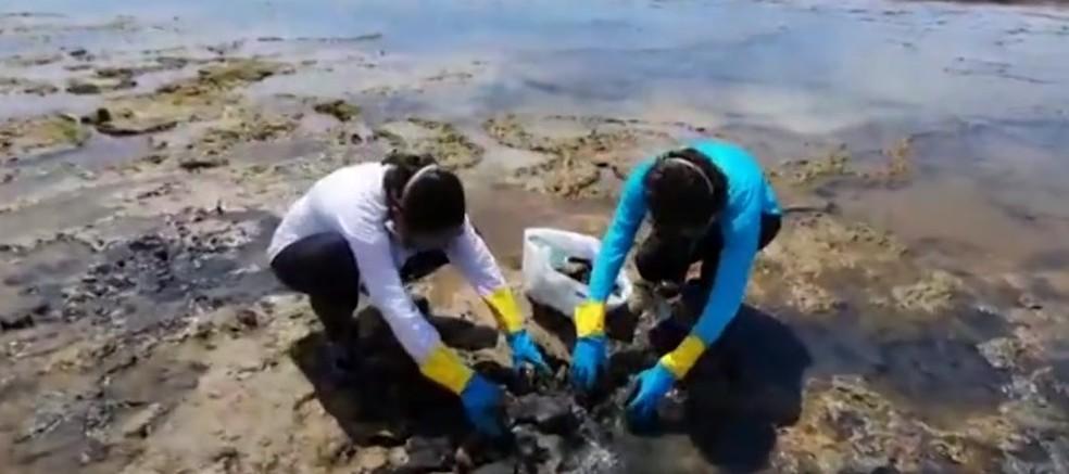 Manchas de óleo na praia de Itacimirim — Foto: Reprodução/TV Bahia
