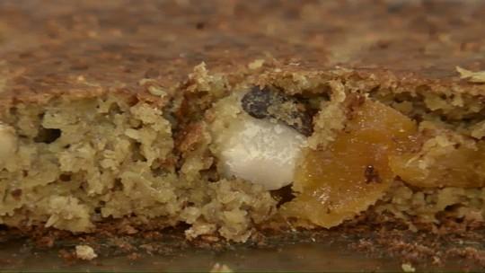 Aprenda a fazer bolo de aveia com damasco; receita é sem lactose