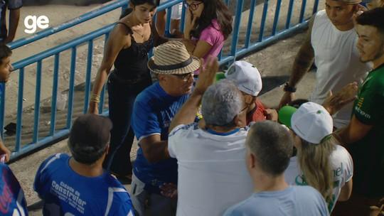 Jogo tem confusão entre idosos, bomba na arquibancada e banho de cerveja em árbitro