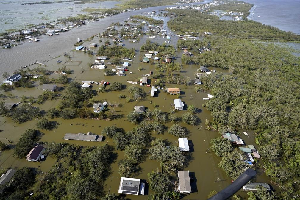 Casas inundadas após a passagem do furacão Ida em Lafitte, no estado de Louisiana, em  30 de agosto de 2021 nos Estados Unidos — Foto: David J. Phillip/AP