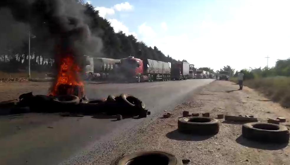 Pneus são queimados em manifestação na Rodovia Raposo Tavares em Angatuba (SP) (Foto: Arquivo Pessoal)