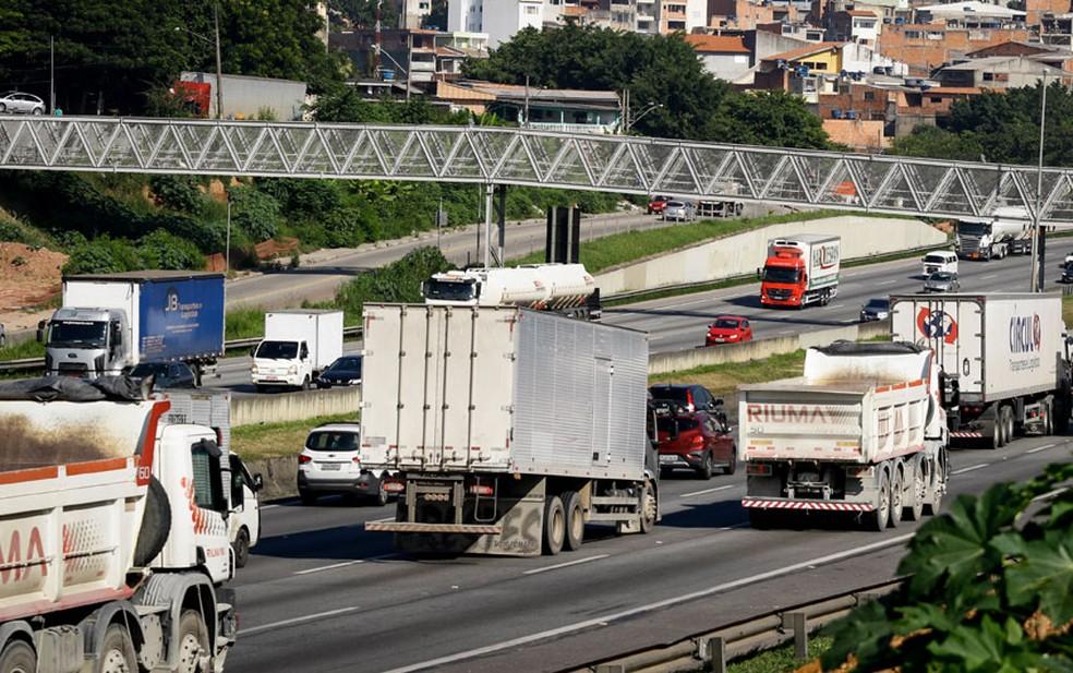 Caminhões trafegam em rodovia de SP — Foto: Aloisio Mauricio/Fotoarena/Estadão Conteúdo