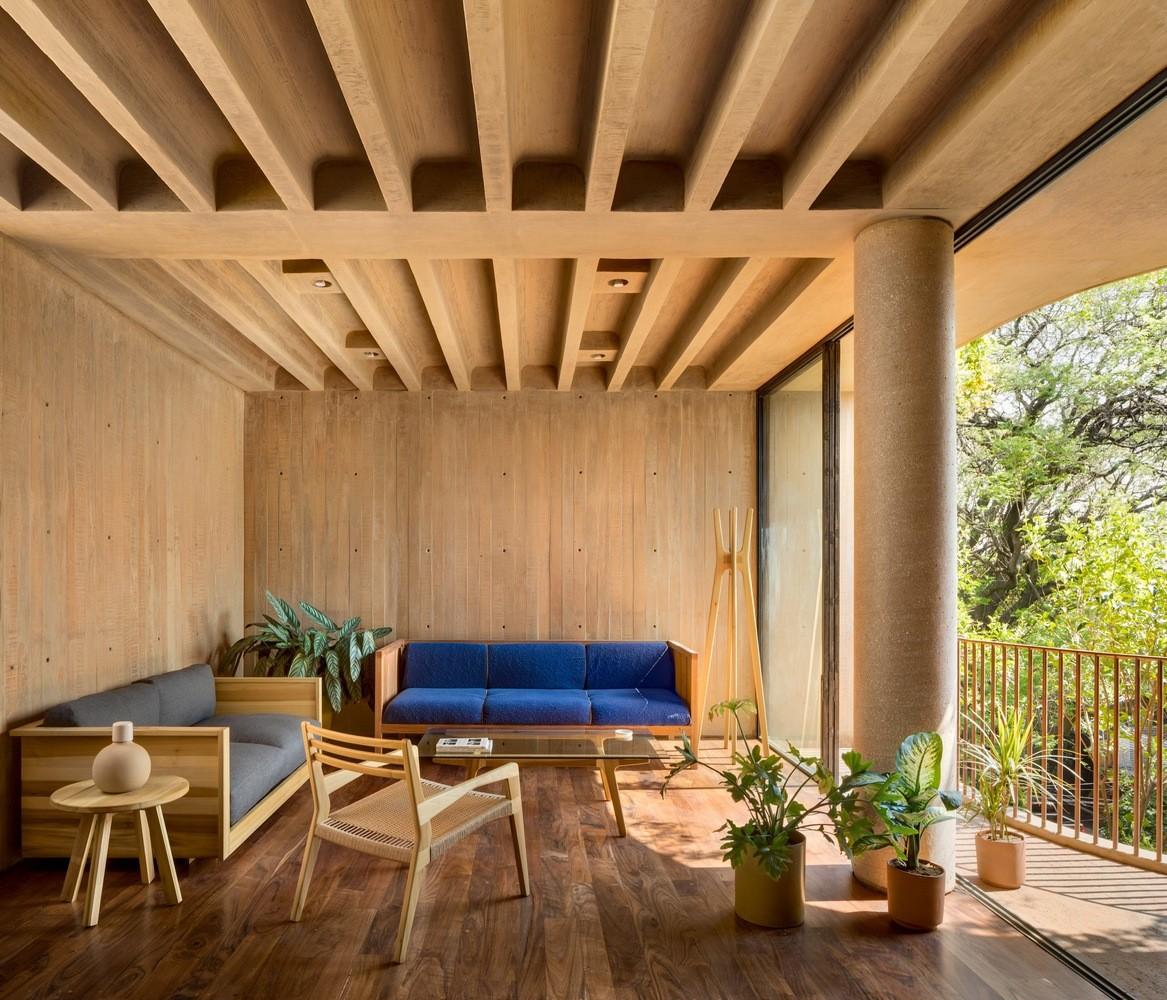 Décor do dia: madeira do piso ao teto na sala de estar (Foto: Rafael Gamo/Divulgação)