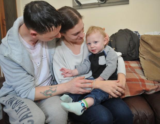 A família reunida novamente (Foto: MEN MEDIA)
