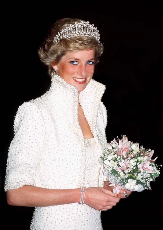 Princesa Diana à bordo de um Catherine Walker em visita a Hong Kong em novembro de 1990 (Foto: Reprodução)