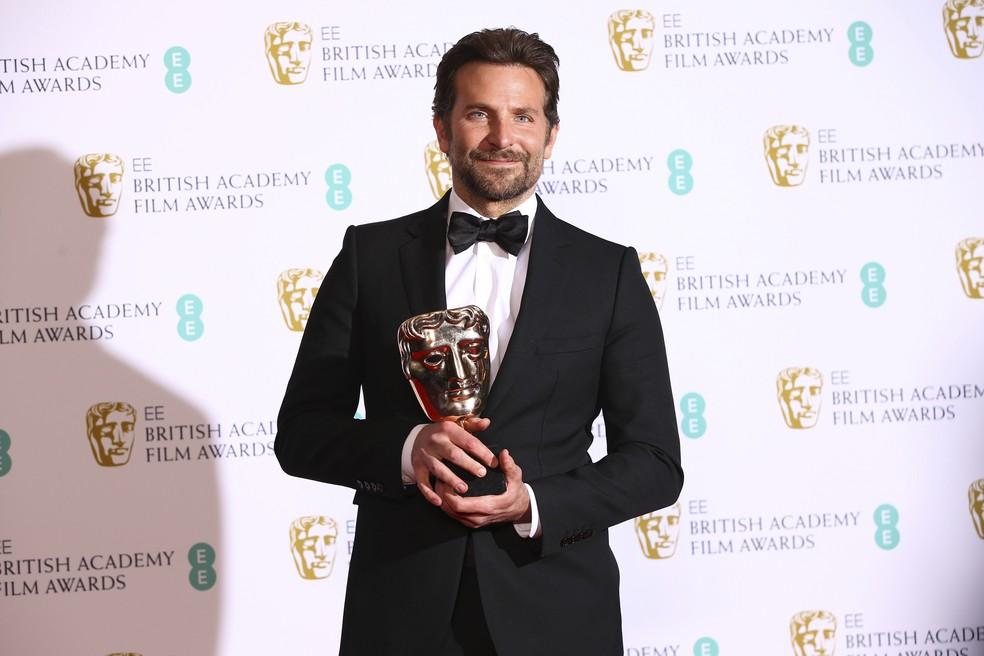 Bradley Cooper com prêmio de Melhor trilha sonora original por 'Nasce uma Estrela' no Bafta 2019 — Foto: Joel C Ryan/Invision/AP