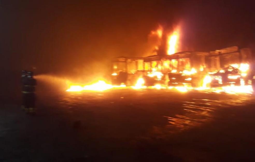 Incêndio em garagem de ônibus na cidade de Alagoinhas — Foto: Divulgação/Corpo de Bombeiros Militares da Bahia