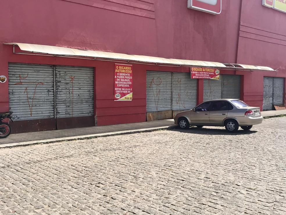 Loja de eletromóveis da rede Insinuante foi alvo dos criminosos — Foto: Kleber Teixeira/Inter TV Cabugi