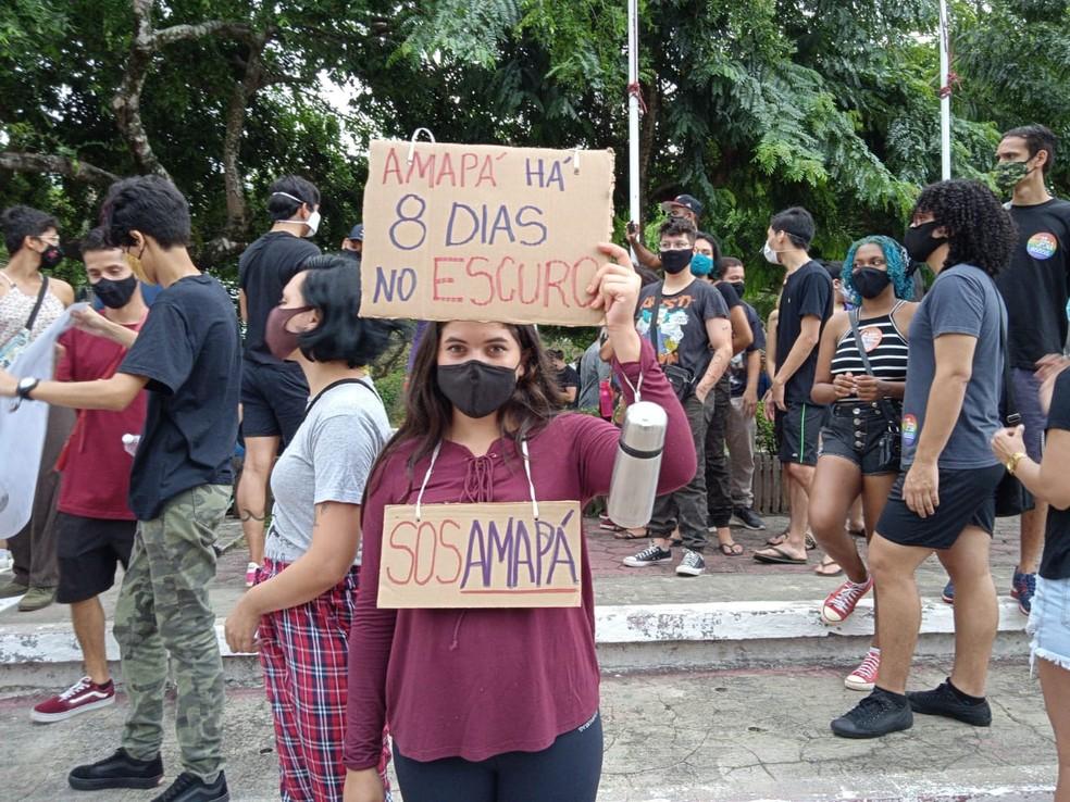 Manifestantes no Centro de Macapá reclamam de apagão e de falhas em rodízio de energia no Amapá — Foto: Wesley Abreu/Rede Amazônica
