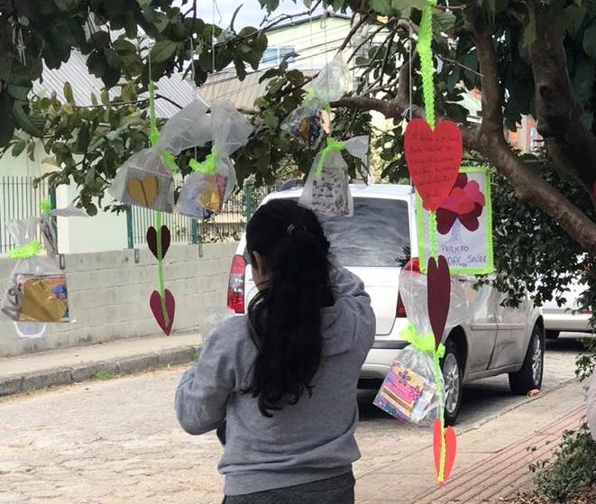 'Árvore da saúde': Moradora de SC pendura máscaras para doação em  comunidades carentes