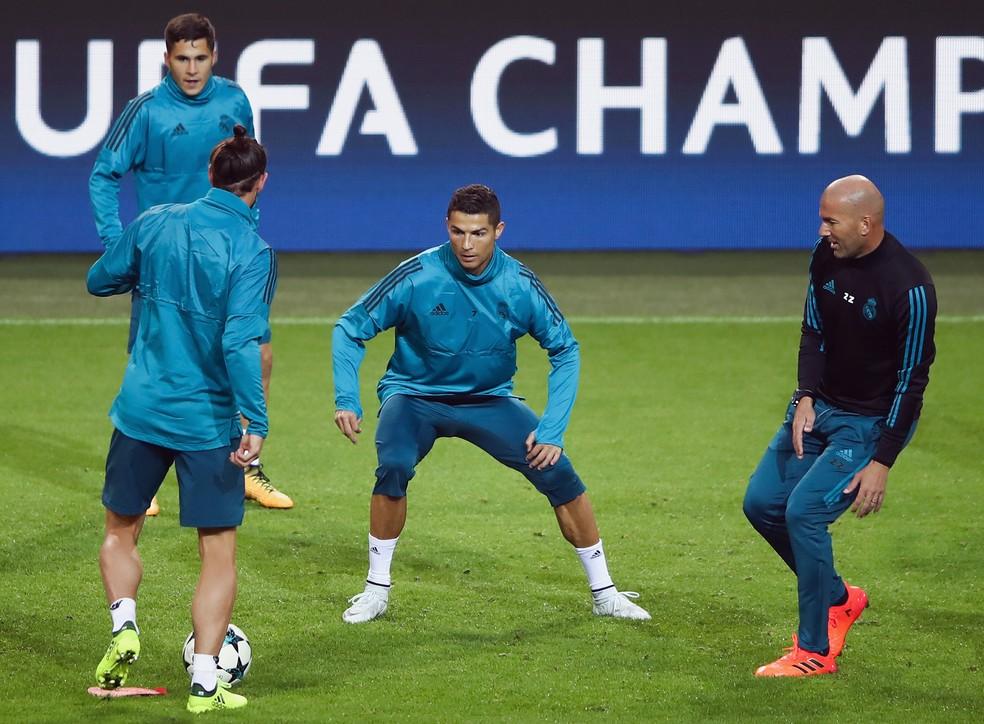 Cristiano Ronaldo na roda em treino do Real Madrid: craque marcou dois gols na rodada de abertura, mas está em branco no Espanhol (Foto: Getty Images)