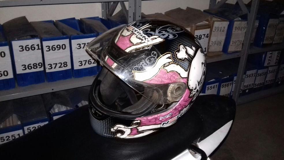 Polícia também apreendeu um capacete na casa de um dos suspeitos de assaltar cadeirante (Foto: Divulgação/Polícia Civil)
