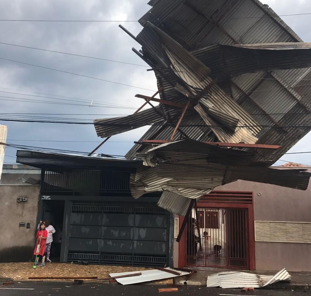 Parte do telhado de um posto foi arremessada com a força do vento (Foto: Prefeitura de Marília/Divulgação)