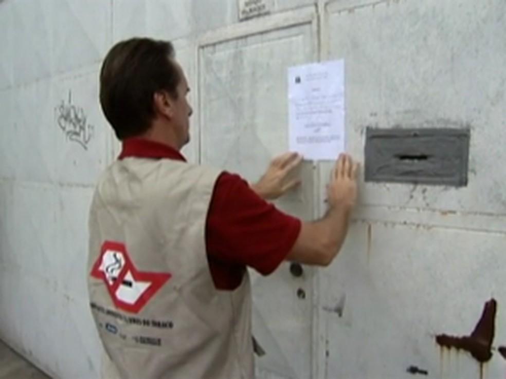 Fiscal da Vigilância Sanitária autua estabelecimento na Lei Antifumo — Foto: Reprodução/ TV Globo