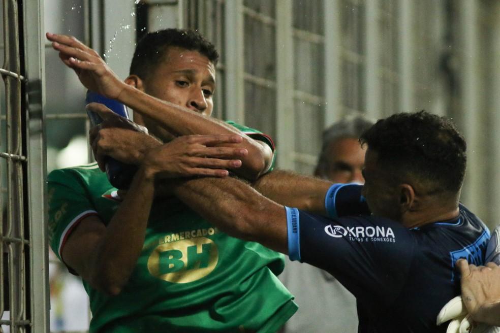 Adriano, do Cruzeiro, e Cristovam, do CSA, se desentendem após fim de jogo — Foto: Fernando Moreno/AGIF