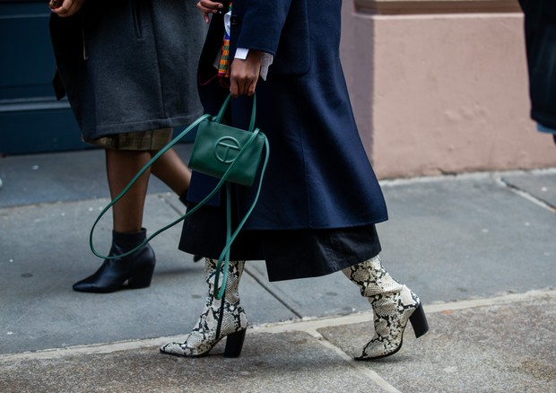NEW YORK, NEW YORK - FEBRUARY 08: A guest is seen wearing green bag outside Tibi during New York Fashion Week Fall/Winter 20 on February 08, 2020 in New York City. (Photo by Christian Vierig/Getty Images) (Foto: Getty Images)