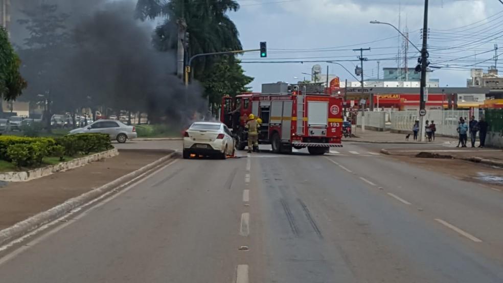 Uma equipe do Corpo de Bombeiros se deslocou ao local. — Foto: Divulgação/PRF
