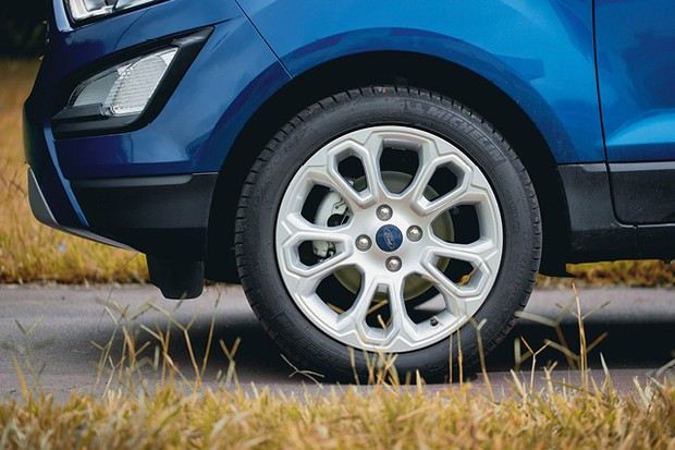 Ford Ecosport Titanium - Pneus runflat têm as laterais reforçadas para continuar a rodar sem pressão (Foto: Fabio Aro)