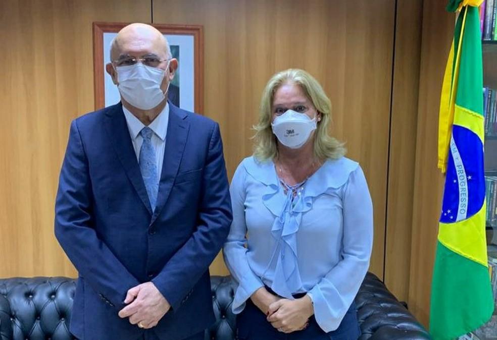 O ministro Milton Ribeiro e a nova presidente da Capes, Cláudia Mansani Queda de Toledo — Foto: Twitter do ministro Milton Ribeiro