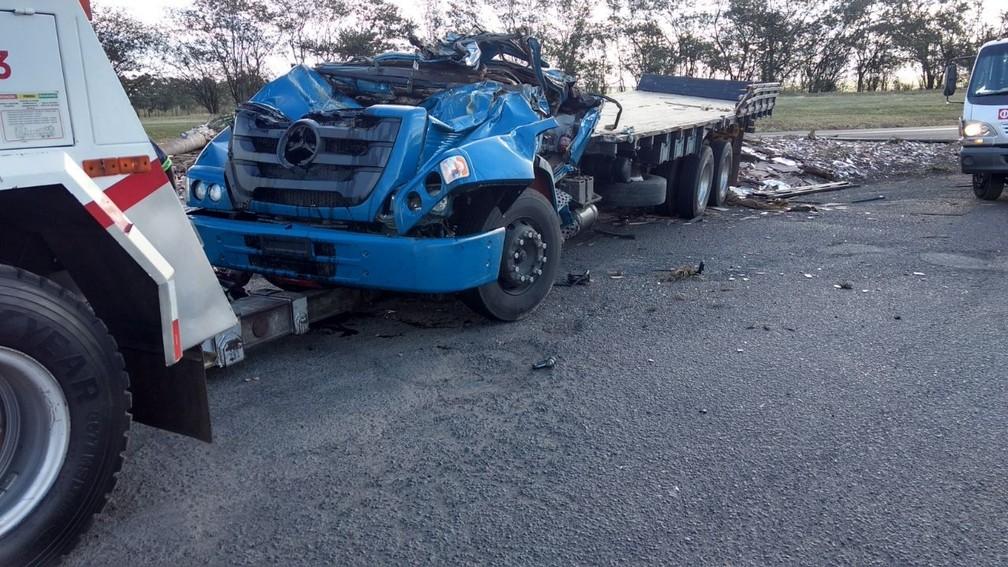 Cabine do caminhão ficou totalmente destruída após o veículo tombar em Ocauçu  (Foto: Polícia Rodoviária Federal / Divulgação )