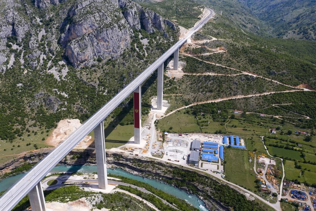 Vista aérea do 1º trecho da rodovia Bar-Boljare, que vai conectar a cidade de Bar, na costa do Mar Adriático de Montenegro, à vizinha Sérvia. Foto feita perto da capital Podgorica em 11 de maio de 2021. — Foto: Savo Prelevic/AFP
