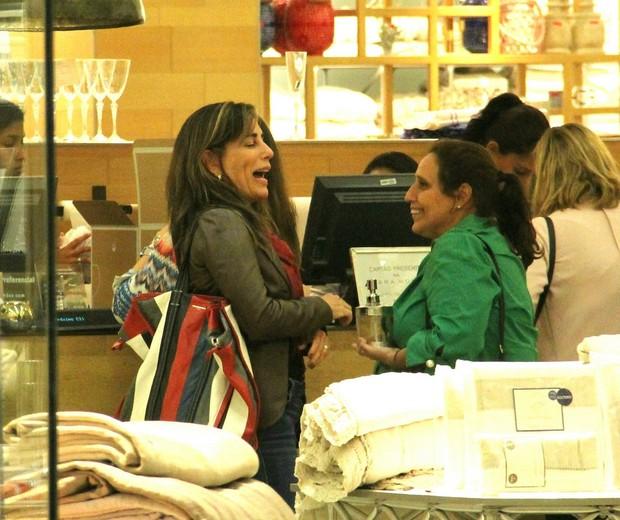 Gloria Pires gargalha com amiga em shopping no Rio (Foto: J Humberto/Agnews)